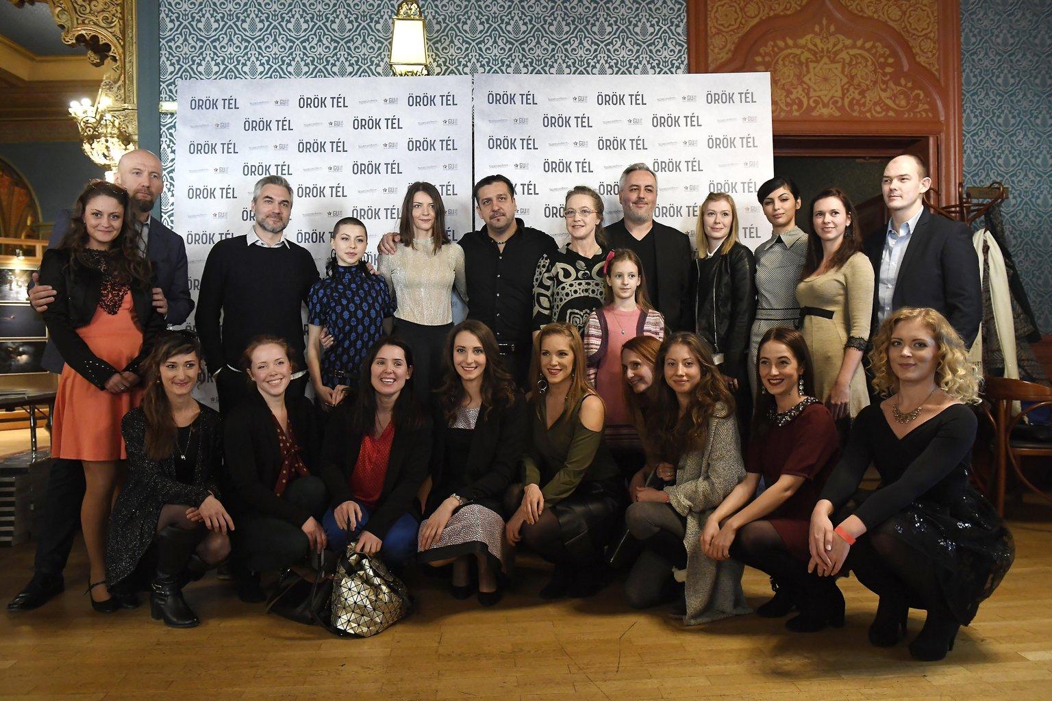 Hátul Skuta Vilmos fotográfus (b2), Szász Attila rendező (b3), Döbrösi Laura (b4), Gera Marina (b5), Csányi Sándor (b6), Für Anikó (j7), Fehérvári Norina (j6), Kiss Diána Magdolna (j4), Farkas Franciska (j3), Orosz Ákos (j), a film főszereplői, és Köbli Norbert forgatókönyvíró (j5), elöl a további női szereplők az Örök tél című filmről tartott sajtótájékoztatón az Uránia Nemzeti Filmszínházban 2018. január 30-án (MTI Fotó: Kovács Tamás)