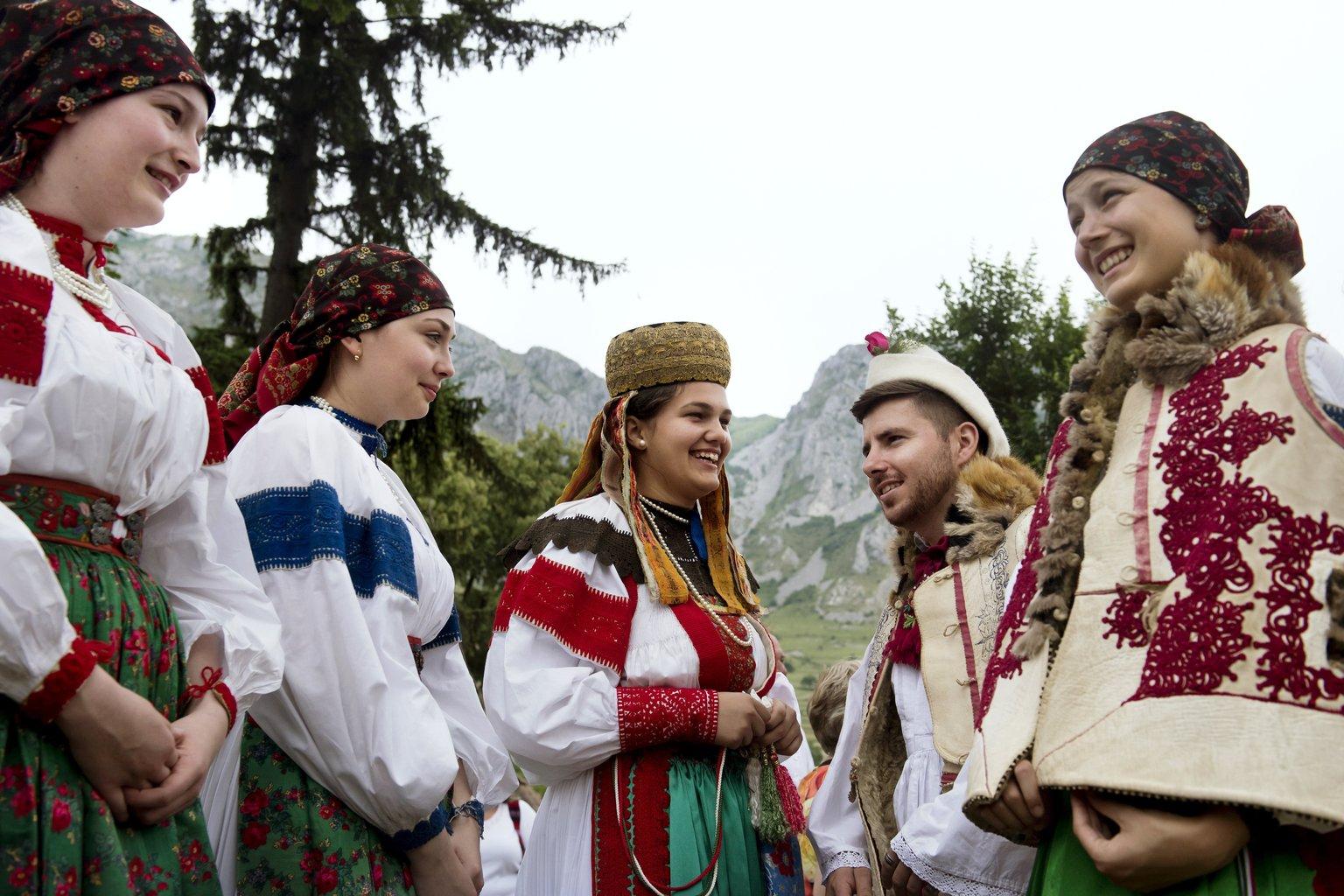 Helyi népviseletbe öltözött fiatalok az V. Duna Napon az erdélyi Torockón 2018. június 2-án. A térség kulturális központja, a Duna Ház kiemelt programját hagyományosan a nemzeti összetartozás napjához közel eső hétvégére időzítik a szervezők. MTI Fotó: Koszticsák Szilárd