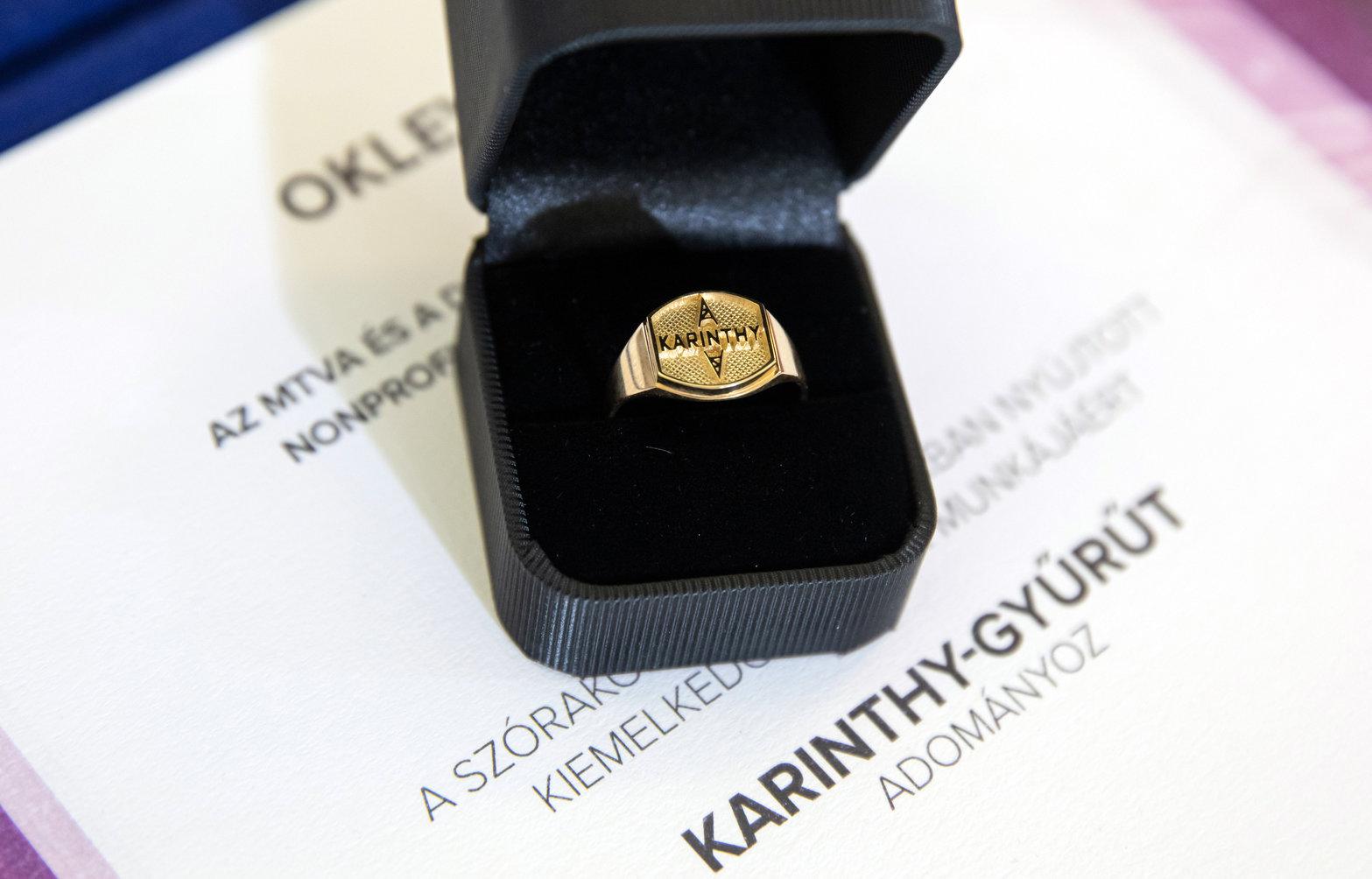A Karinthy-gyűrű, melyet idén (2019-ben) Bagi Iván és Nacsa Olivér humoristák kaptak. (Fotó: MTI/Mohai Balázs)